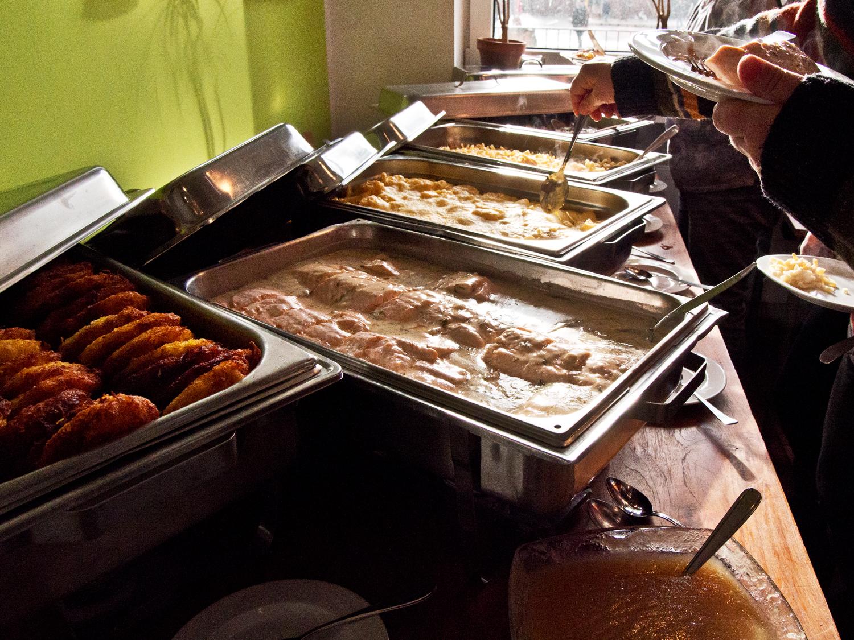 Zur Mittagszeit erfreute ein warmes Büffet.  Foto: Irmhild Engels