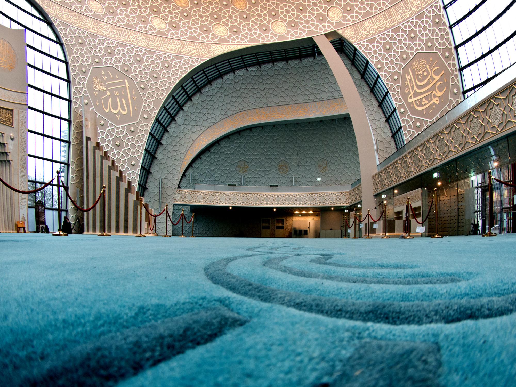 Auf dem blauen Gebetsteppich finden 1200 Gläubige Platz. Gebetet wird Schulter an Schulter.                                                                                           Foto: I. Engels