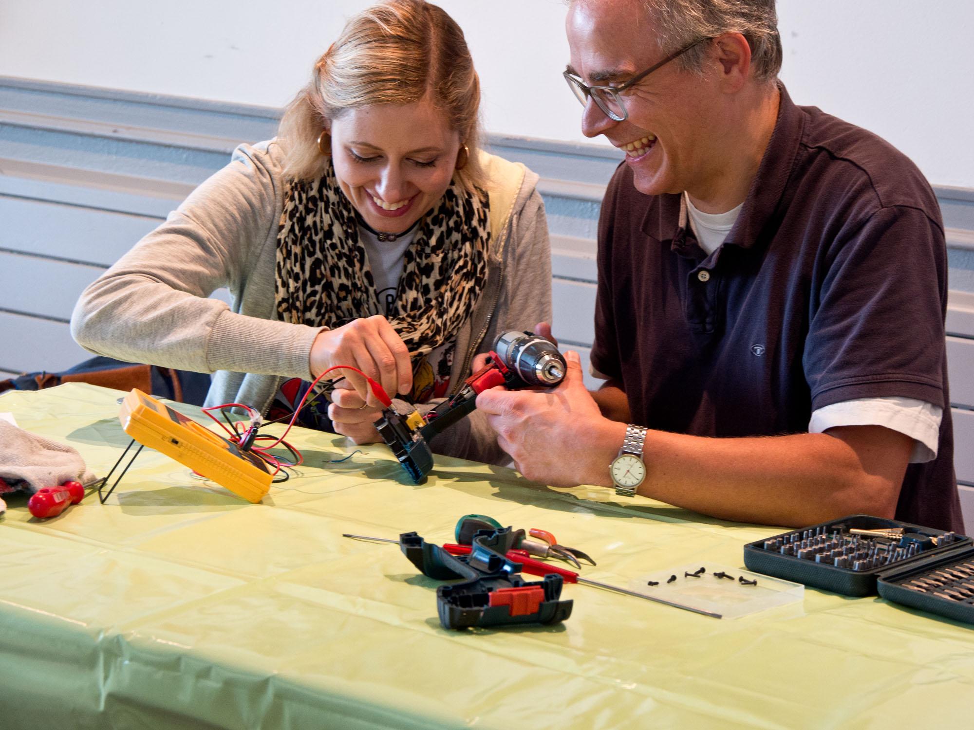 Mit Freude versuchten sich einige der Besucher*innen an der Reparatur ihrer defekten Geräte.  Foto: Irmhild Engels