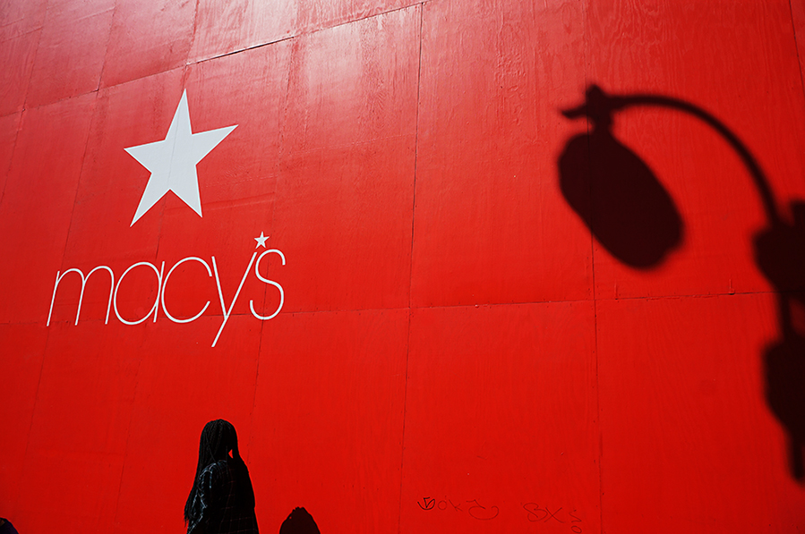 Mathieu Guillochon photographe, USA, New York City, Manhattan, Macy's, rouge, passante, Noire, travaux, étoile, ombre, street photo.