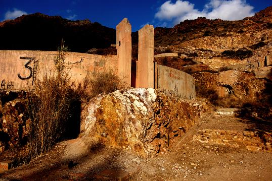 Photographie, Espagne, Andalousie, cabo de gata, Rodalquilar, parc naturel, mine d'or, village, paysage, pierre, minerai, ocres, bleu, installations minières, falaises, Mathieu Guillochon
