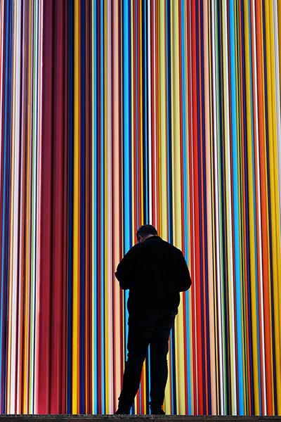 Mathieu Guillochon photographe, street photo, photo de rue, France, ville, La défense, couleurs, personnage, silhouette, vue de dos, série urbaine, art.