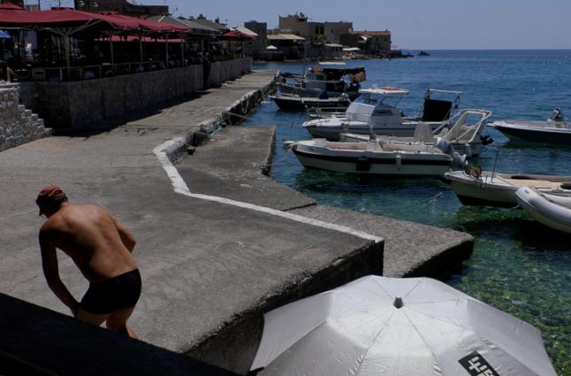 Mathieu Guillochon photographe, Grèce, Peloponnèse, Magne, Gerolimenas, port de pêche, parasols, quai, béton, bateaux, galets, voyage, mer, rivage, littoral, plage, été, bleu.