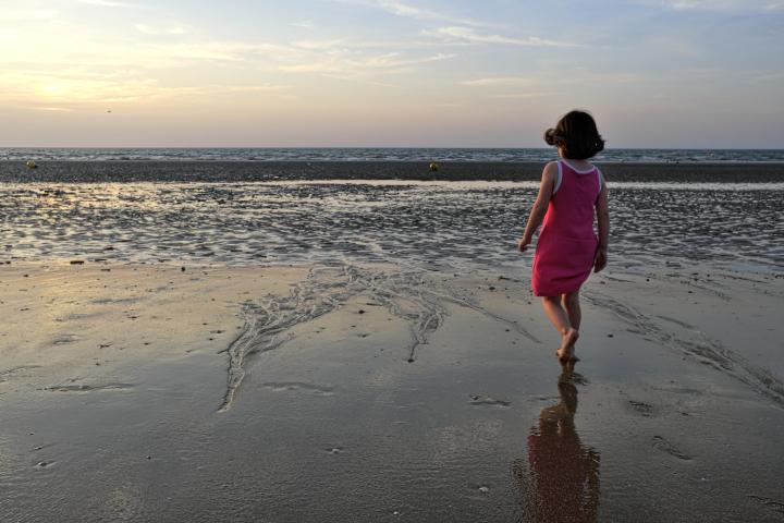Mathieu Guillochon, photographe, rivages, couleurs, mer, Calvados, Cabourg, Normandie, petite fille, estran, crépuscule, rivages, marée basse