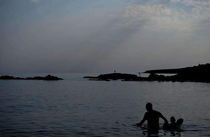 Mathieu Guillochon photographe, Grèce, Crète, Koraka, Rodakino, voyage, mer, rivage, littoral, plage, contrejour, monochrome, gris bleu, silhouettes.