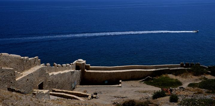 Mathieu Guillochon, photographe, couleurs, rivages, Grèce, péloponnèse, murailles, hors-bord, sillage, bleu, ocre, méditerranée, beau temps.