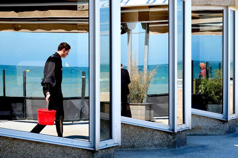 Mathieu Guillochon, photographe, rivages, couleurs, mer, Cabourg, la Manche, Calvados, homme, reflet multiple, rouge, bleu, noir.