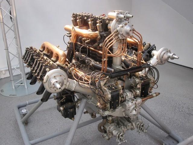 Energia meccanica dal calore: Papin e poi Watt, e poi i motori endotermici. Il fuoco origina efficientemente movimento solo da 200 anni. In foto uno spettacolare motore aeronautico con 12 cilindri a W (Air & Space Museum Le Bourget, Paris)