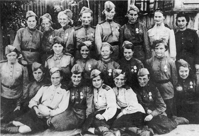 Группа девушек-минеров Ленинградского фронта. 1943 г.