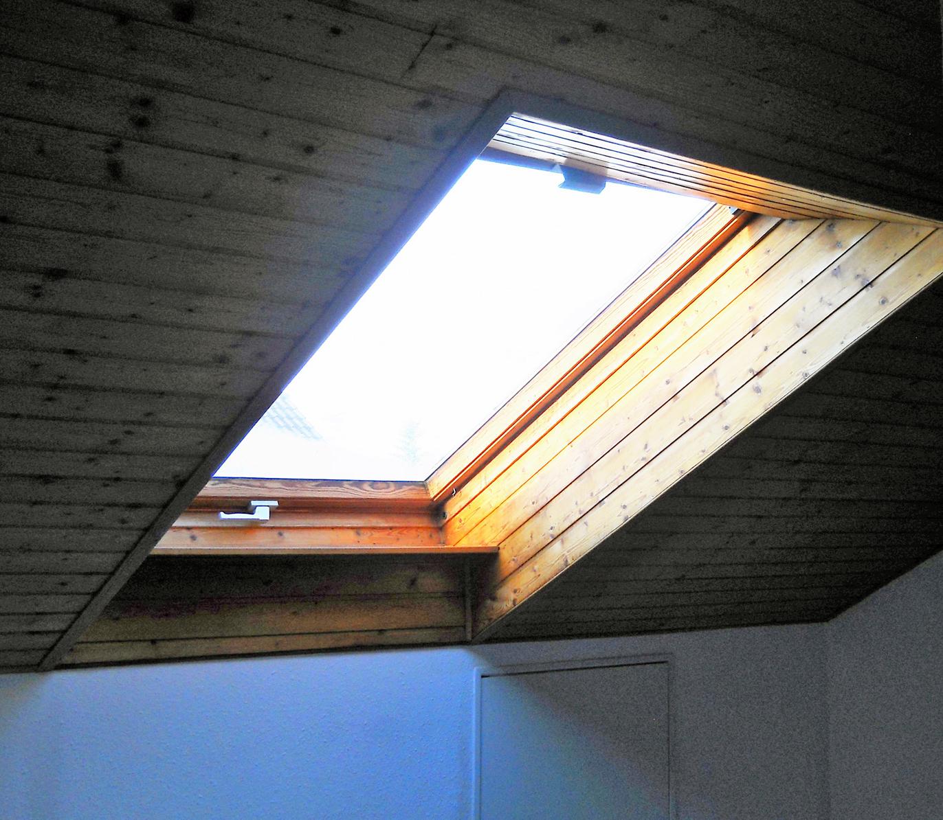 Altes Velux Dachfenster mit Holzleibung