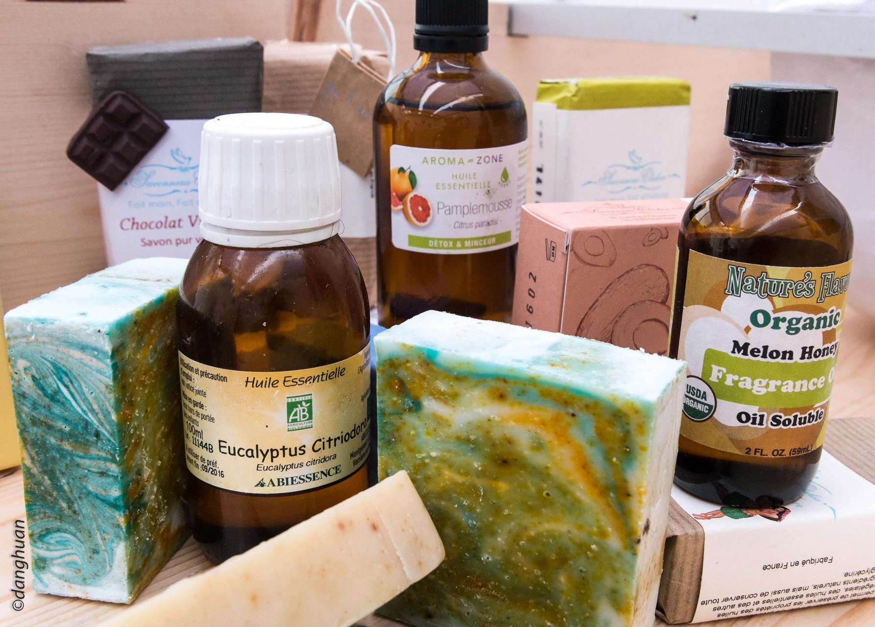S' y ajoutent selon goût des huiles essentielles , des fragances, de l'expoliant (sel,sucre), du conservateur...