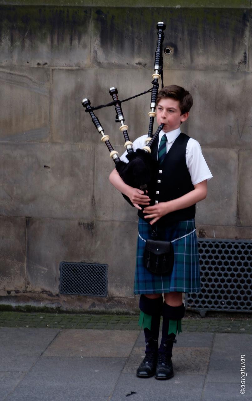 Jeune joueur de cornemuse devant St Gilles Cathedral