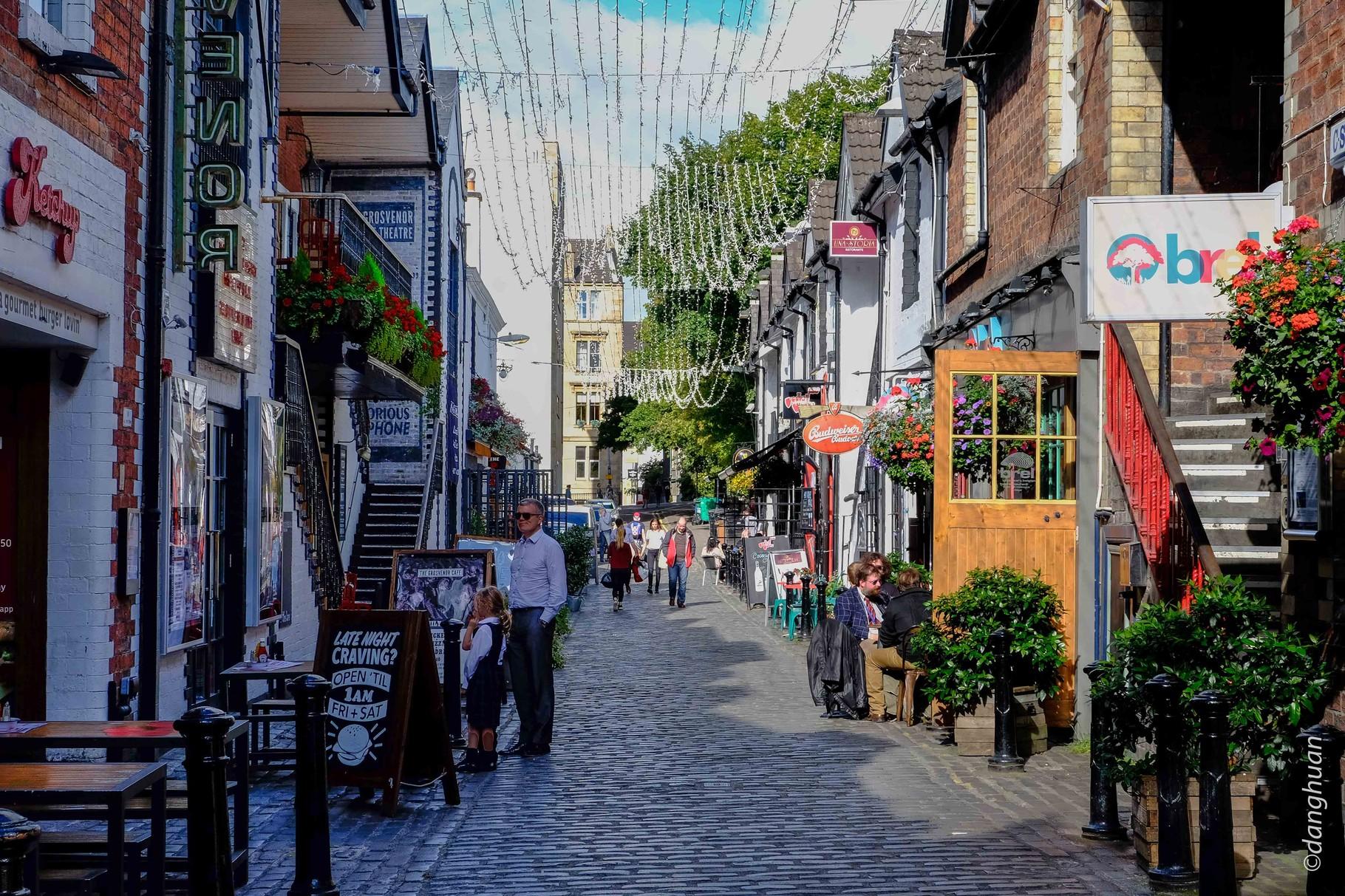 Glasgow Ouest- la petite allée pavée d'Ashton Lane avec d'anciennes écuries transformées en boutiques ou pubs
