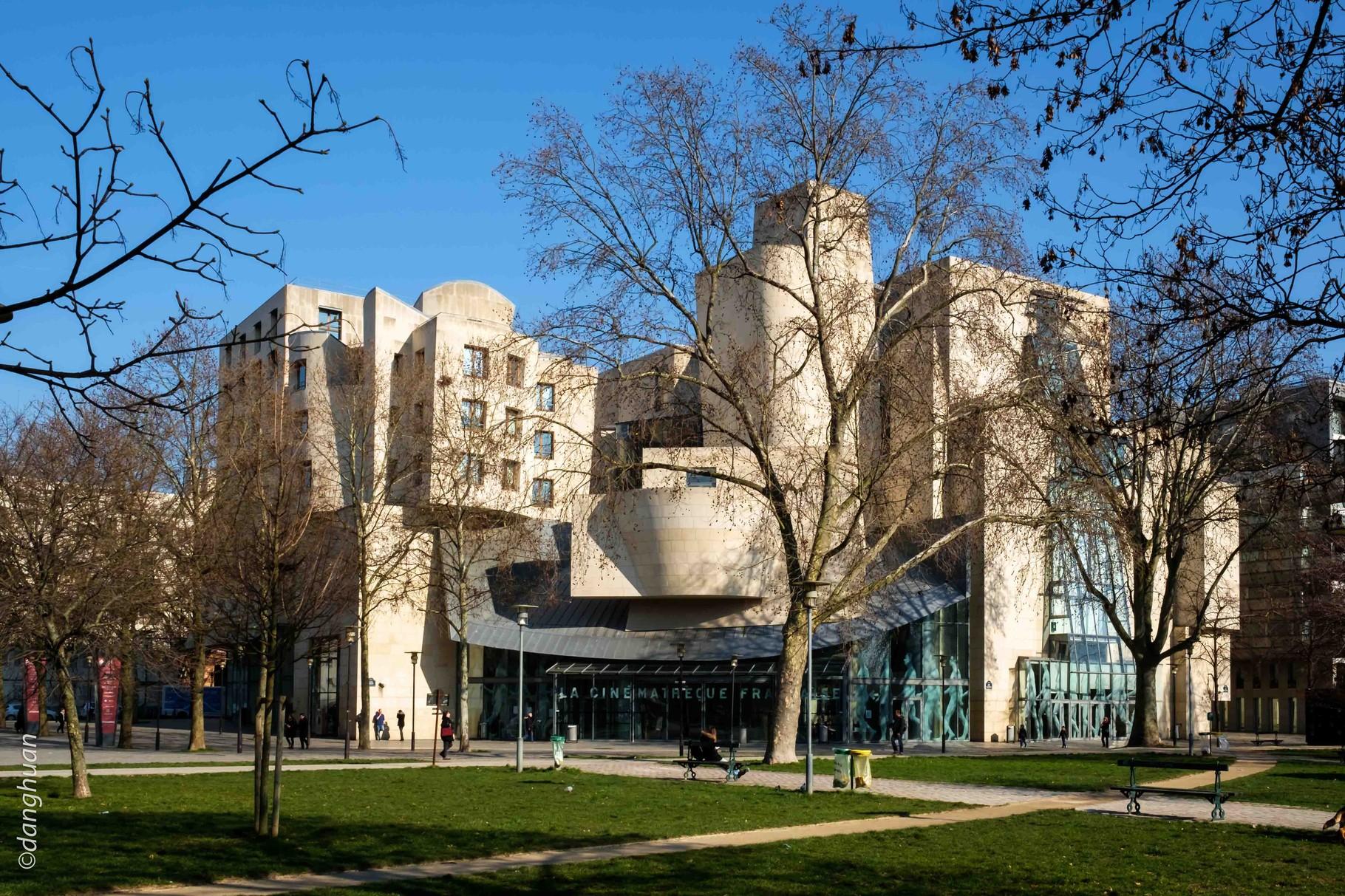 La cinémathèque Française dont le bâtiment fut conçu  en 1993 par Frank Gehry