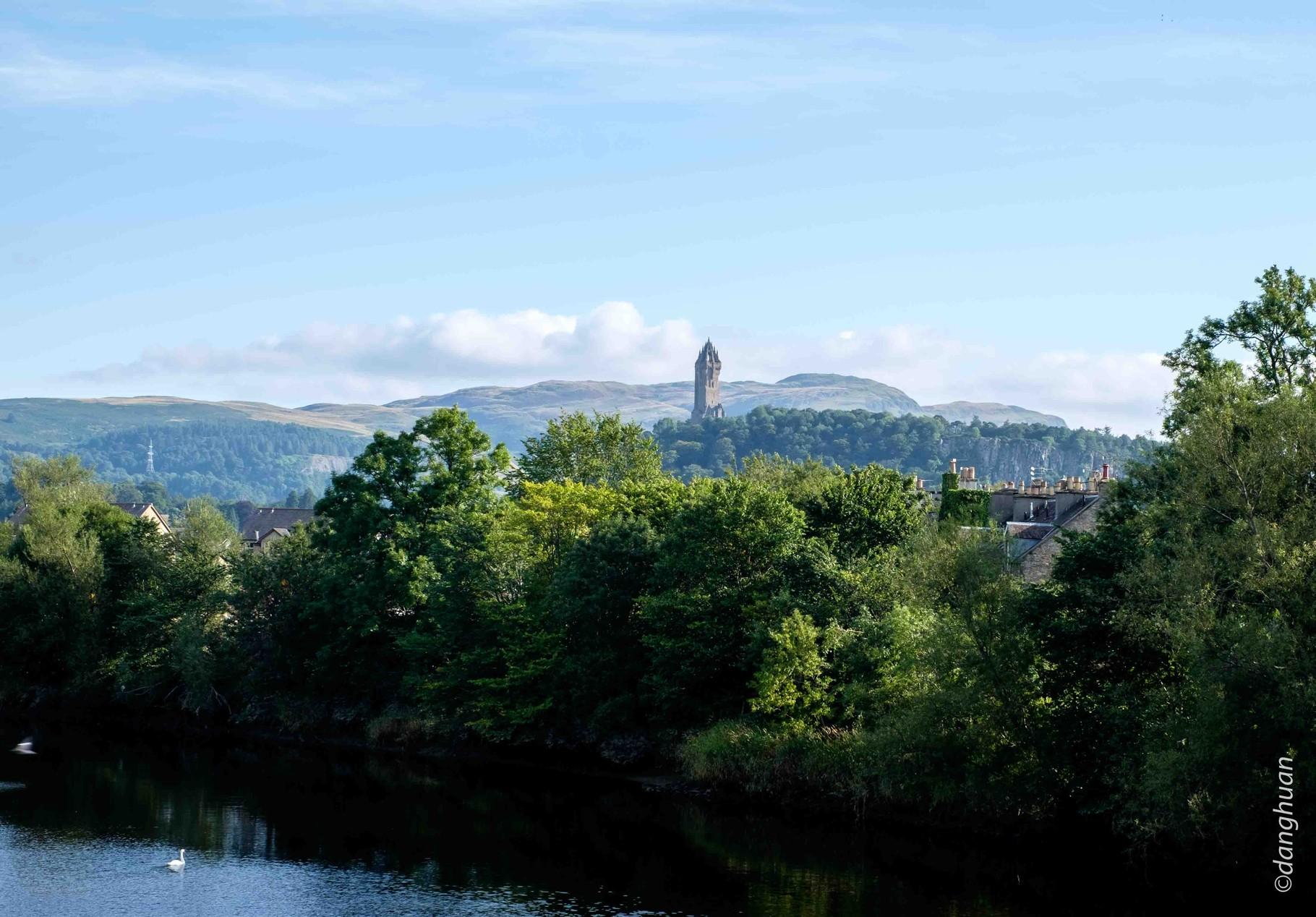 Wallace Monument (67m) à Abbey Craig au loin . Prise de vue depuis le Stirling bridge