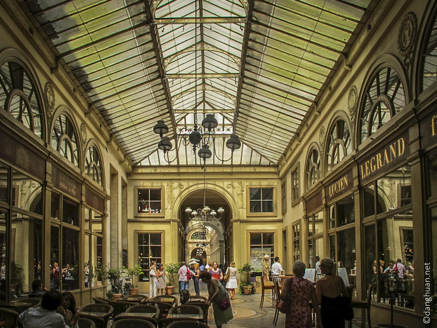 près du Palais-Royal ...