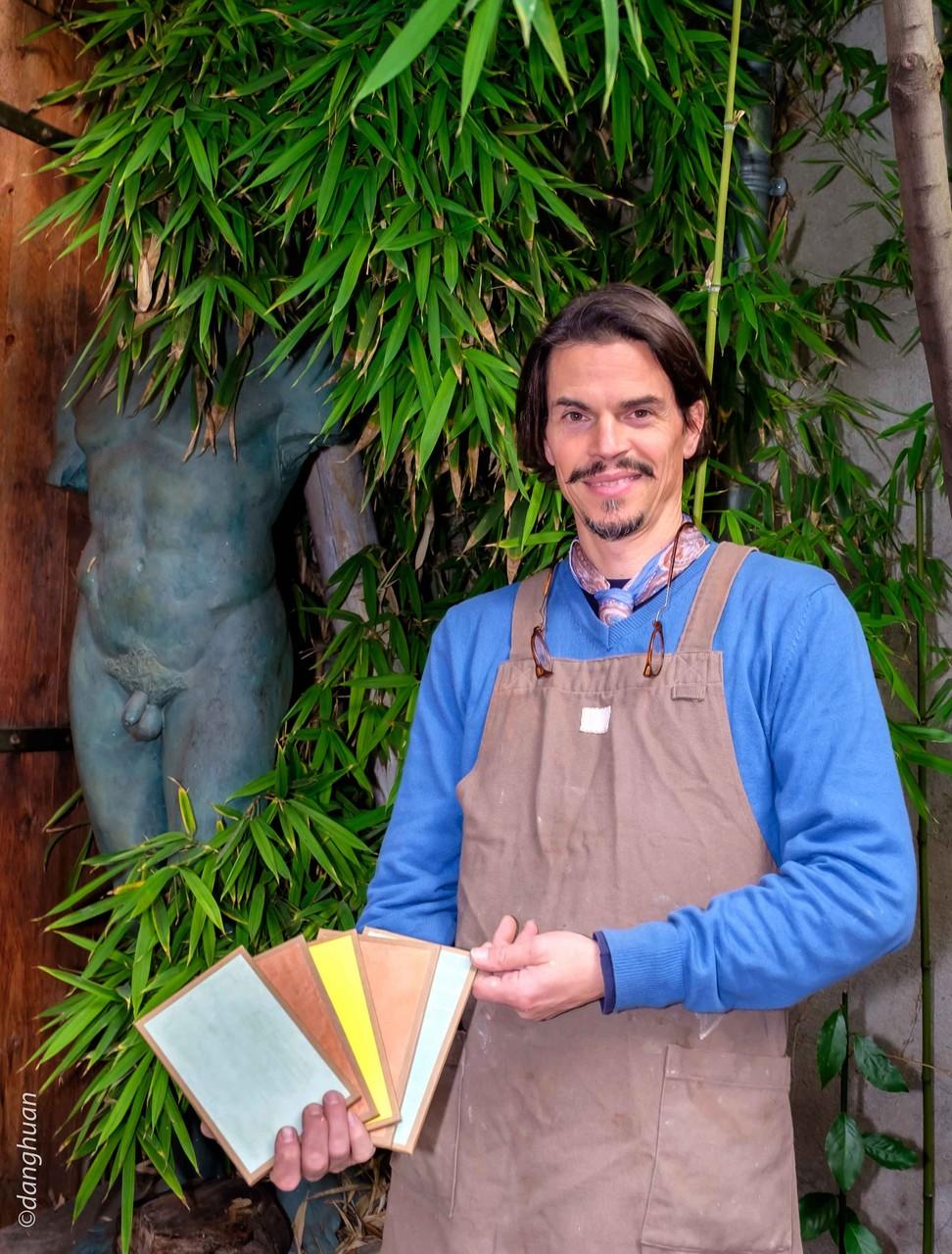 Le peintre Patrice NOBILE fabrique et utilise les peintures décoratives à base de produits naturels
