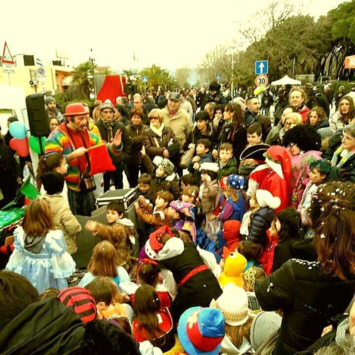spettacolo comico di magie e di burattini con mago fabiccio clown