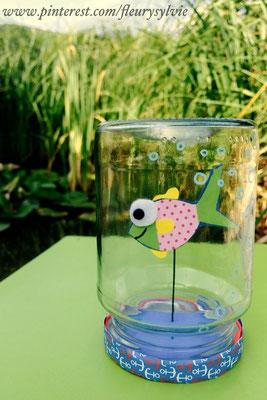 Bricolage été : petit poisson dans un bocal. Nous l'avons fixé sur un morceau de fil de fer puis planté dans un petit carré de sajex collé sous le bouchon et camouflé sous un papier bleu. www.toutpetitrien.ch/bricos/ - fleurysylvie