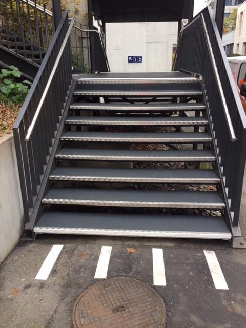 Rutschfeste Treppenmarkierung mit Sichtstreifen am Treppenbeginn und Endstreifen