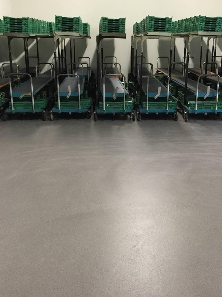 Mit rutschfestem Flüssigkunststoff beschichteter Boden einer Lagerhalle für einen Gemüslieferanten. Sicher, rutschfest, hygiensch