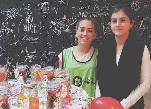 Zwei CAMPUSUNTERNEHMER-Teilnehmerinnen präsentieren ihre (süße) Idee