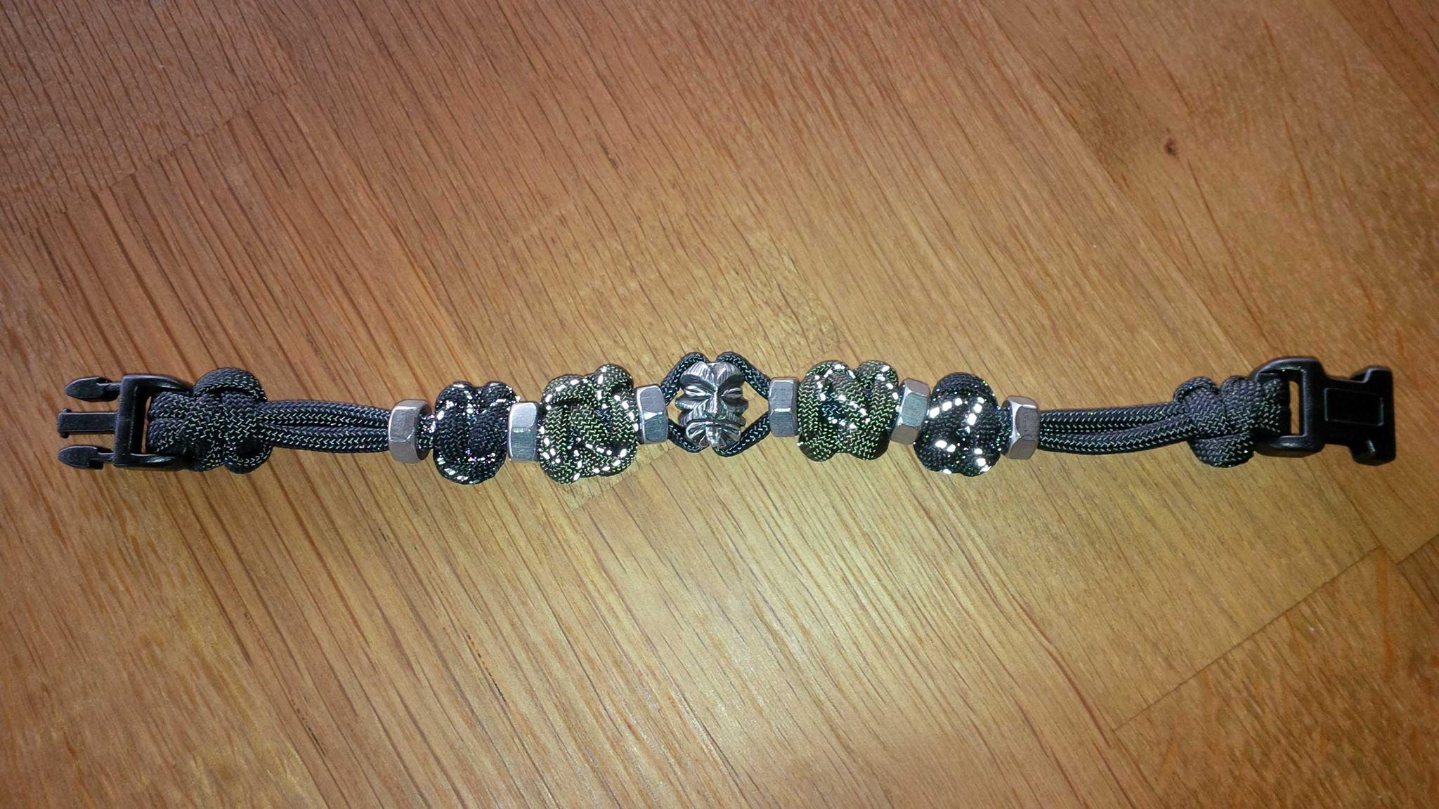 Bikerarmband mit Schraubenmuttern und hier z.B. mit Tiki Kopf