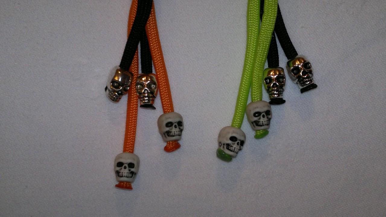 2 Stahl Skulls und 2 Acryl Skulls