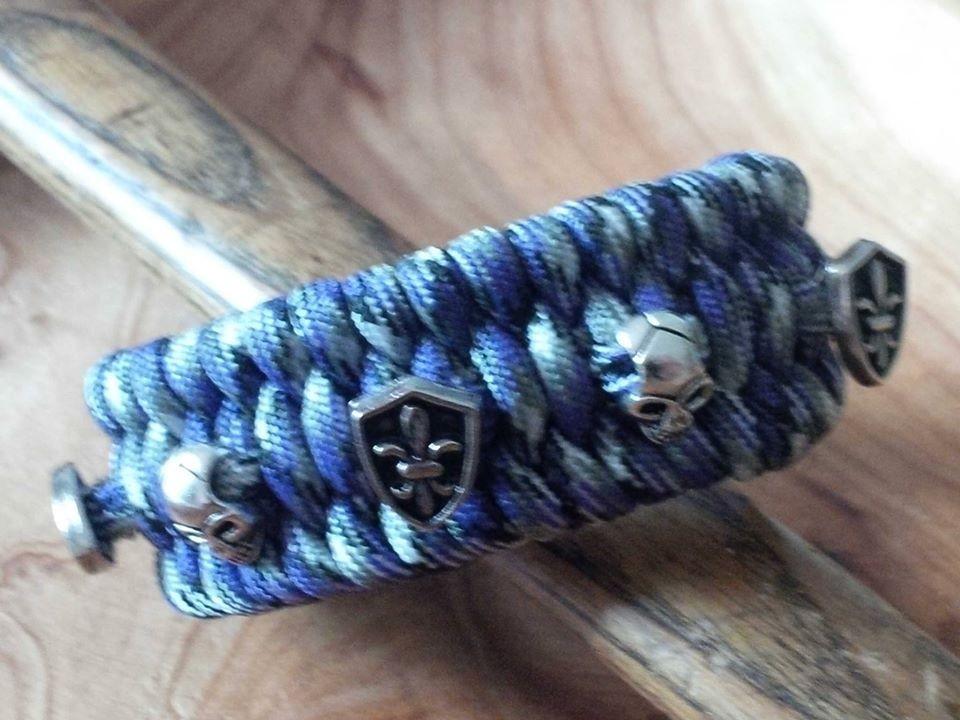 Armband mit Nieten fleurs des lis und skulls