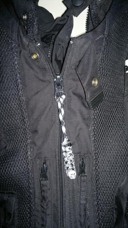 Mumie als Zipper an der Motorradjacke