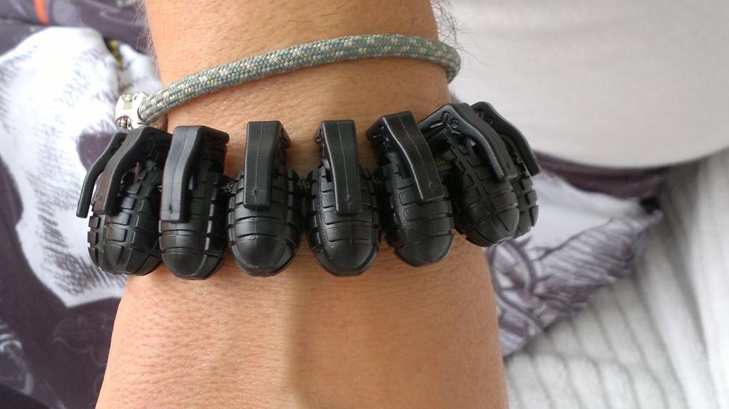 Armband mit Granaten auch möglich