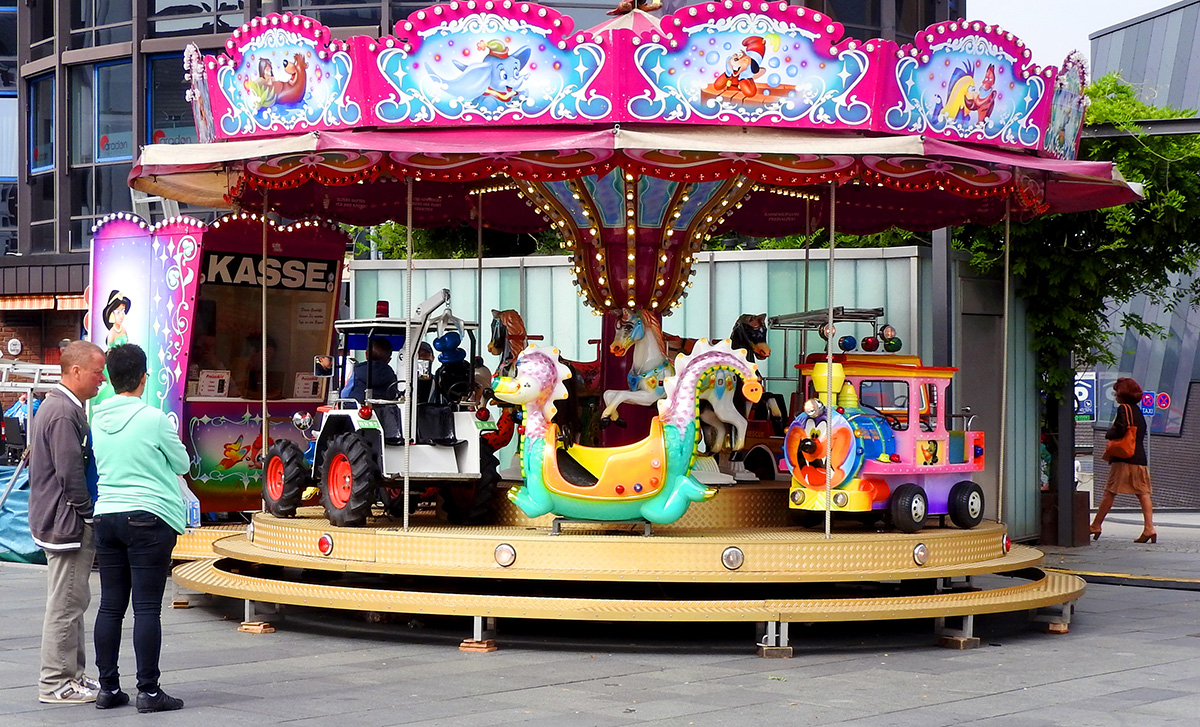 Hier gehts rund, auf dem Kinderkarrussel (Neumarkt, vor Hofgarten)