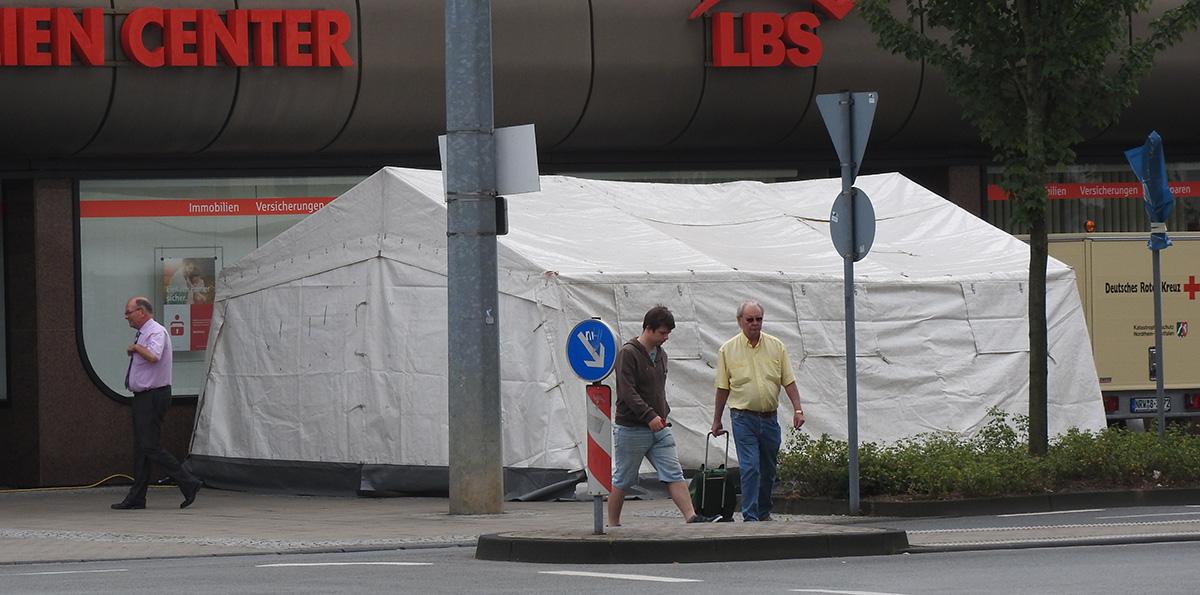 DRK-Zelt vor dem Sparkassengebäude.