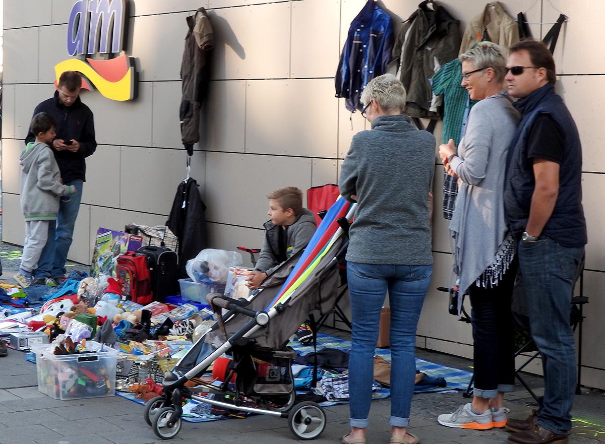 Die Kinder warten ab, ob die Erwachsenen mit den Geschäften klar kommen