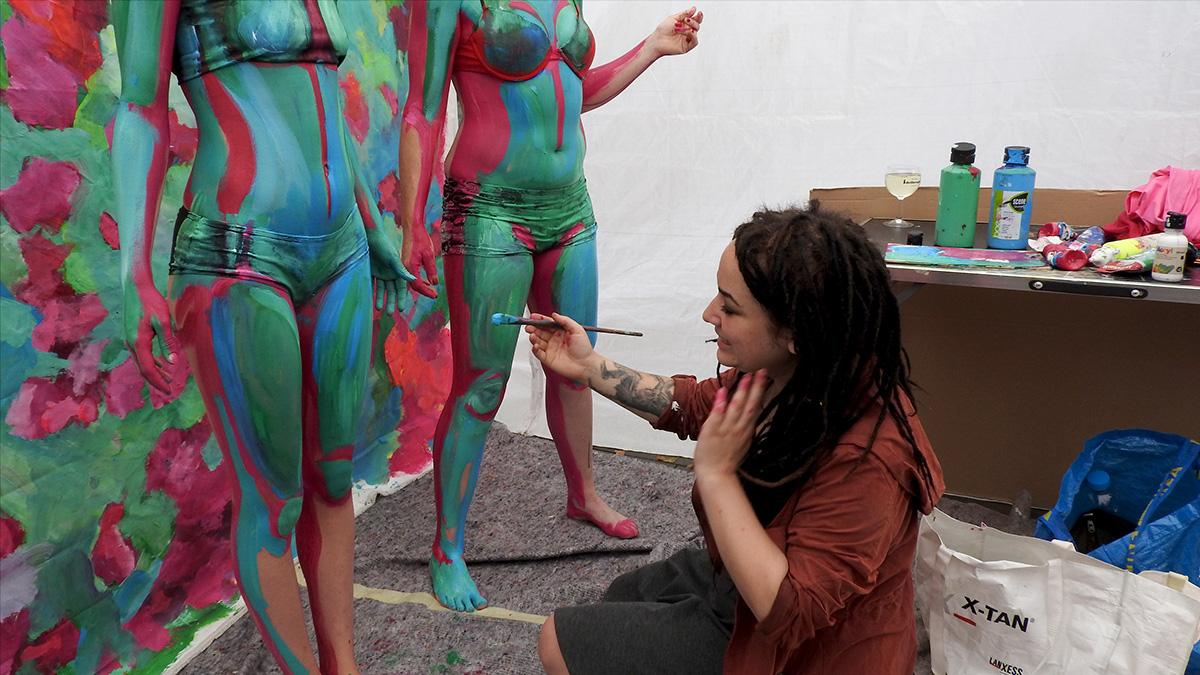 Mihapu malt sich ihre Mädel-Models munter- und kunterbunt