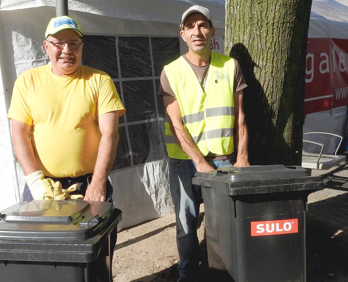 Meni sorgt mit Kumpel für Sauberkeit auf dem Zöppkesmarkt.