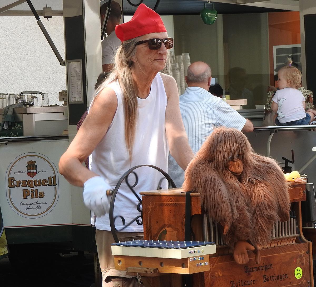 Paula, die Orgel und der Affe. Gehören einfach zum Stadtbild.