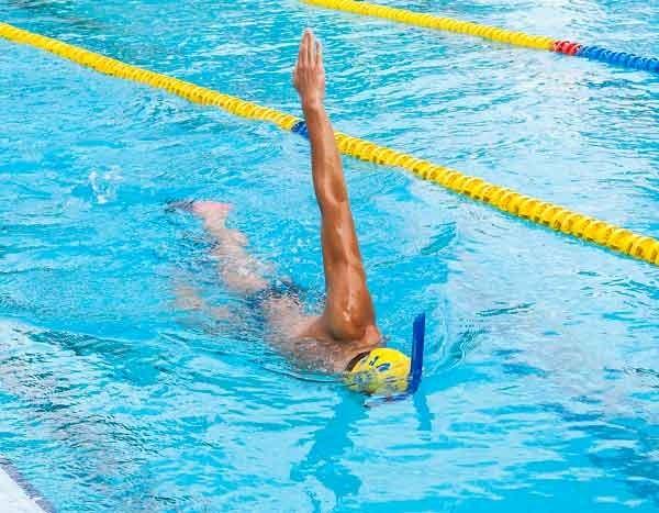cada vez que gires sobre un lado, eleva el brazo de ese lado hasta la vertical. Las últimas dos brazadas de cada repetición, hazlas de nado completo pero integrando el ejercicio dentro del nado completo.
