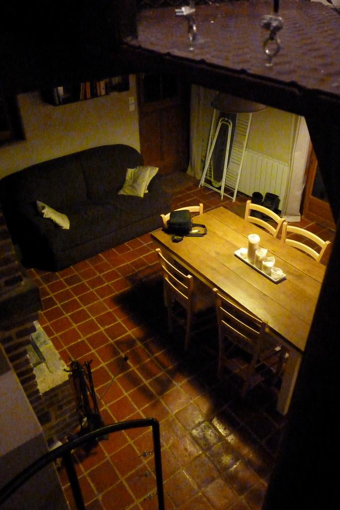 Pièce à vivre vue du haut de l'escalier - Gîte Sous La Garenne