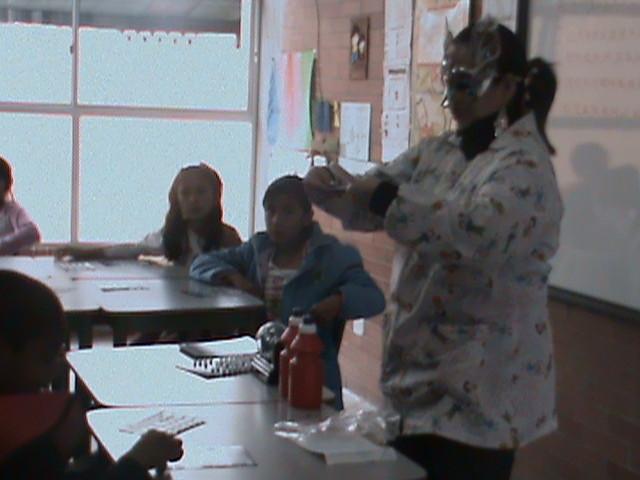 Profesora Sandra Jugando Bingo con los estudiantes