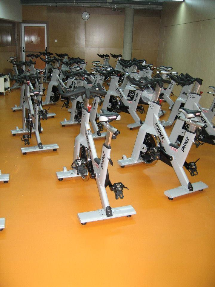 Pavimento tenis padel multi deporte equipamiento centros for Deportivas para gimnasio