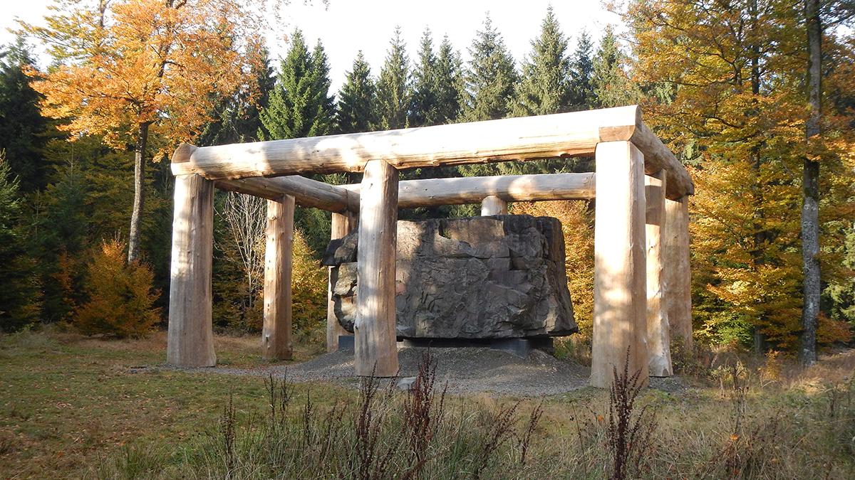 """Monumentales Kunstwerk: """"Stein-Zeit-Mensch"""" auf dem WaldSkulpturenWeg"""