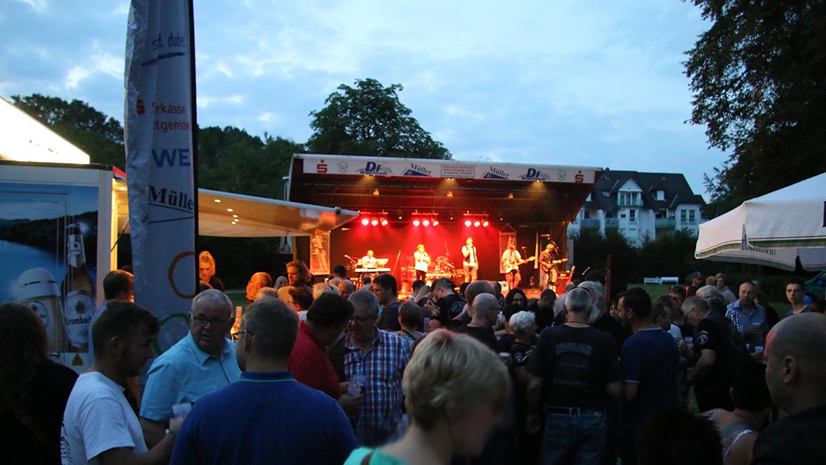Stimmungsvoller Sommerabend: Party im Rathausgarten