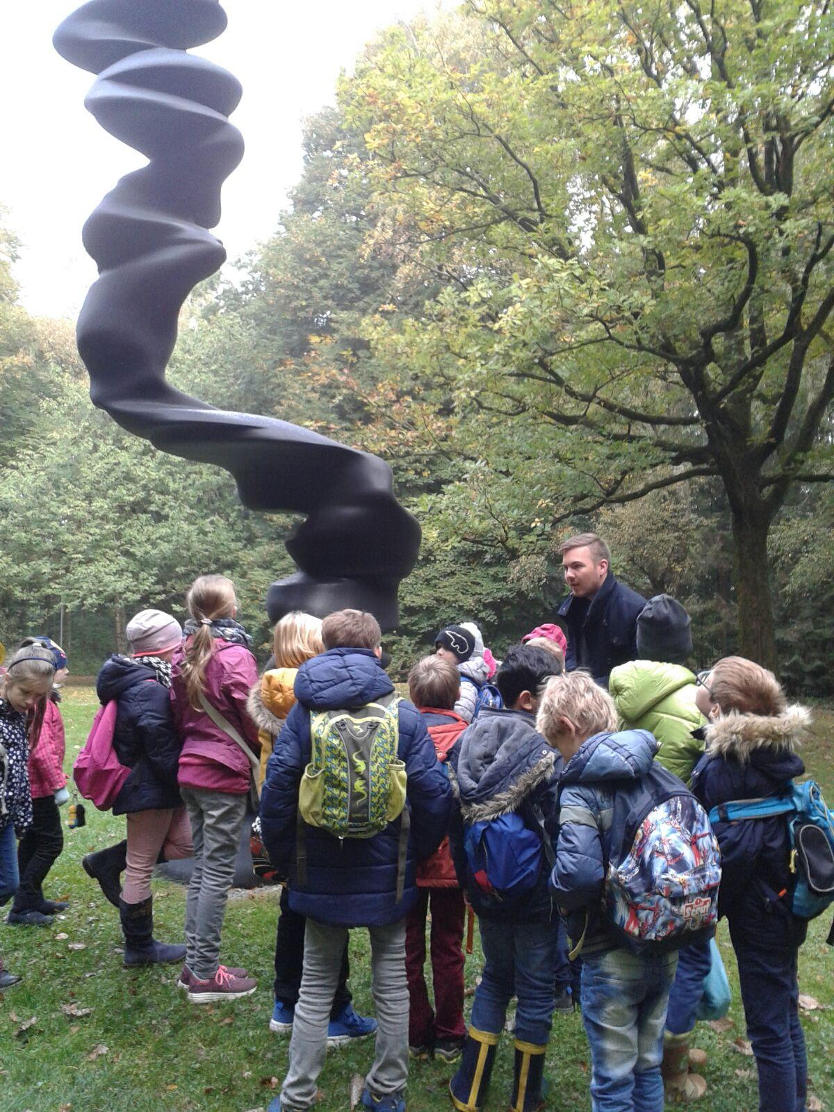 Ausflug in den Skulpturenpark. Die verschiedenen Gesichter (gestaltet von Tony Cragg)