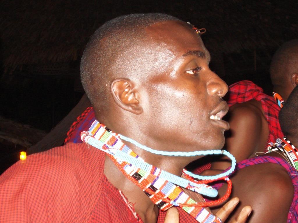 Die Gruppe der Massai erkennt man an der farbenprächtigen Kleidung und dem typischen Schmuck