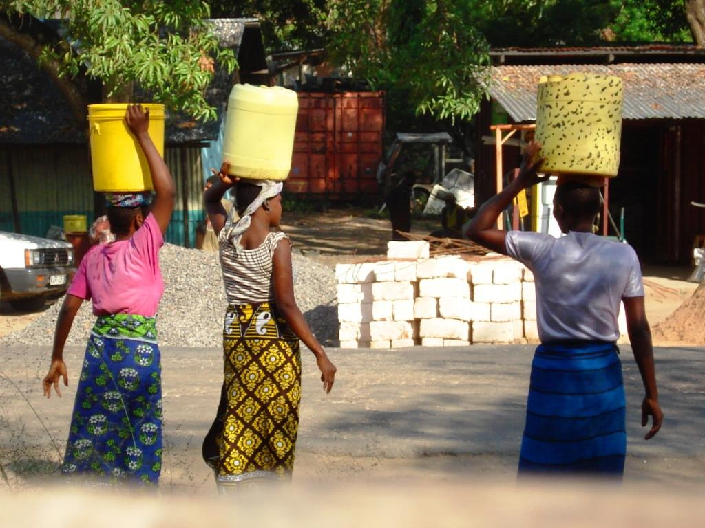 Traditionell werden verschiedene Dinge von den Frauen auf dem Kopf getragen