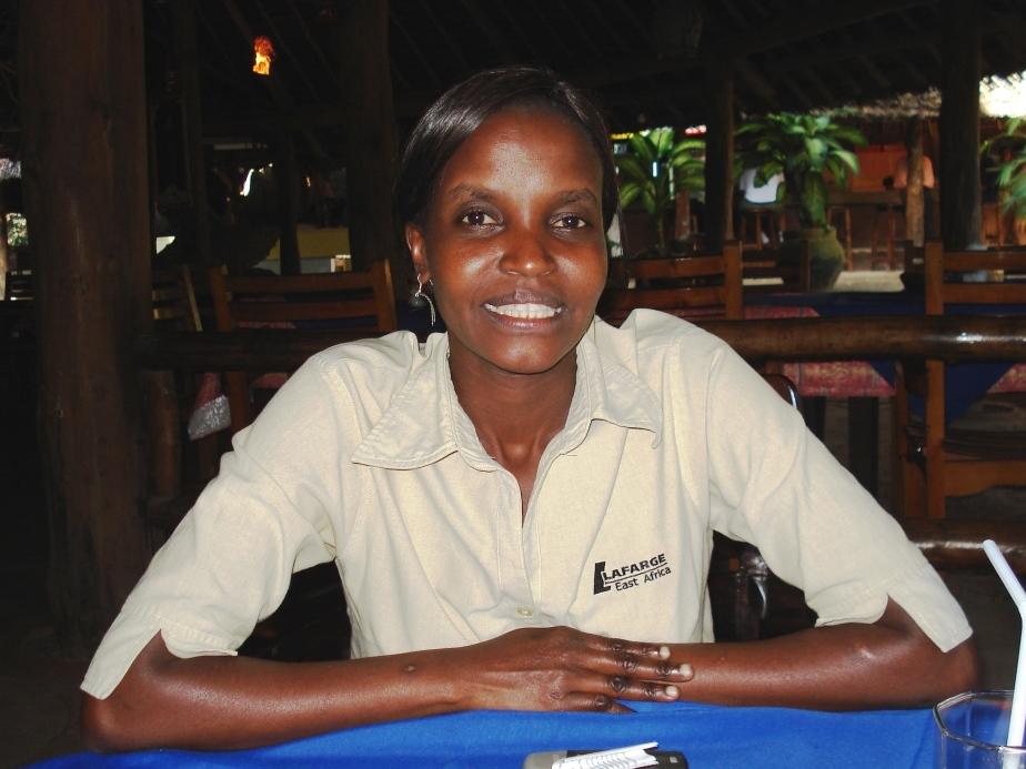 Regina Mutava in der Angestellten-Unifom vom Haller-Park in Mombasa
