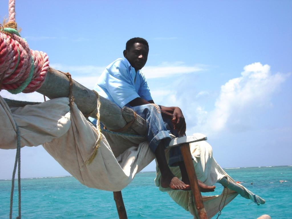 Am Strand vom indischen Ozean kann man mit einfachen Holz-Katamaranen hinaus segeln