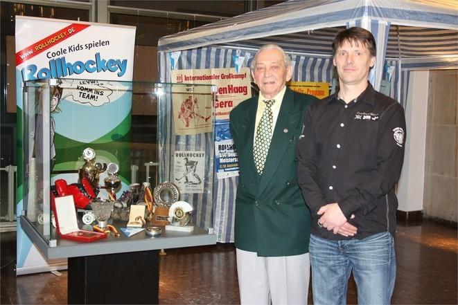 das letzte verbliebene Gründungsmitglied des heutigen RSC Gera Reinhard Kunstmann mit Torsten Scholz an der RSC- Vitrine