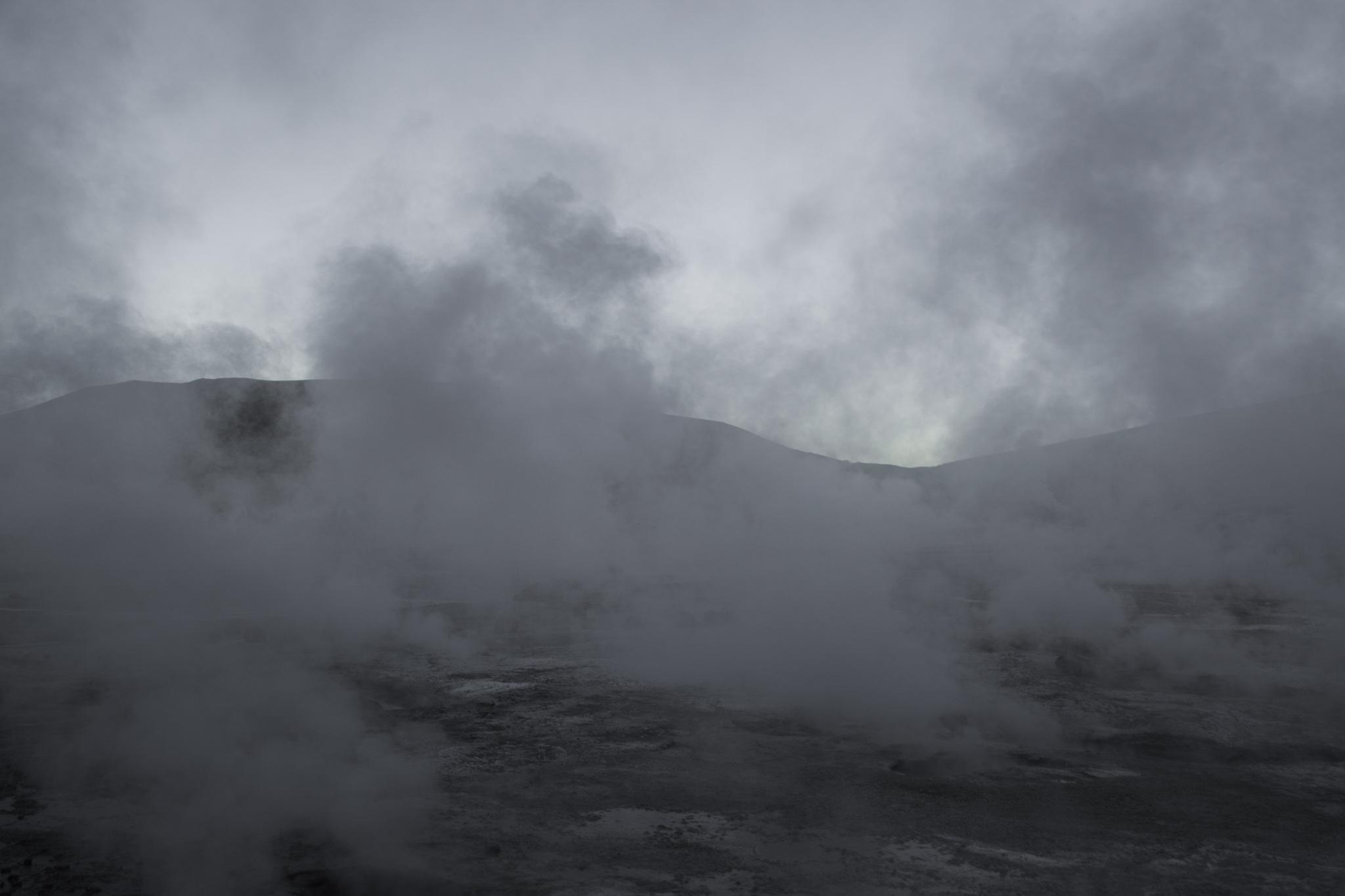 Am frühen Morgen ist Vulkankrater gefüllt mit Wasserdampf